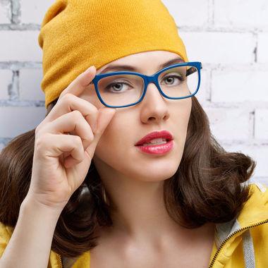 Очки в цветной оправе